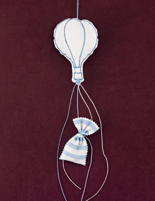 www.mpomponieres.gr Μπομπονιέρα για βάπτιση μαξιλαράκι αερόστατο από βαμβακερό ύφασμα λευκό- σιέλ, με τα κουφέτα να μπαίνουν μέσα σε ριγέ πουγκάκι κρεμαστό. Τα χρώματα κατόπιν συννενοήσης μαζί μας μπορούν να προσαρμοστούν κατά την αρέσκειά σας. Σε όλες τις μπομπονιέρες μαξιλαράκι μπορεί να προστεθεί αποξηραμένη λεβάντα ώστε να μπορεί να χρησιμοποιηθεί και ως αρωματικό. http://www.mpomponieres.gr/mpomponieres-vaptisis/kremasti-mpomponiera-vaptisis-aerostato-fouskoto.html