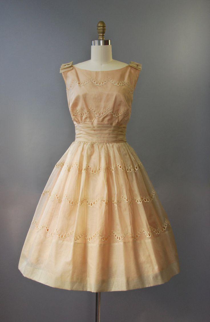 Adembenemende jaren 1950 O & K originelen zonder mouwen jurk in naakt/Bloos met gesmoord cummerbund taille, zeer volledige gelaagde rok, mantel oogje trim hele, darling buigt op de schouders en de verborgen terug rits. Volledig gevoerd. Zo mooi!  voorwaarde: uitstekend, vers schoongemaakte en klaar om te dragen Label: O & K originelen materiaal: Organdy, acetaat voering  ---✄---Metingen---✄--- Bust: 34 in Taille: 24 in schouder aan taille: 16 in lengte: 41 in passen: xs   ➸ GEEN...