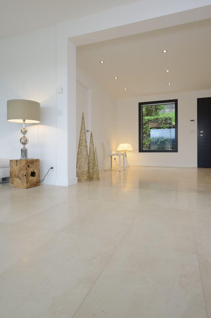 Une pièce de vie très épurée et contemporaine. Un dallage Alba au sol pour une ambiance design et lumineuse #sol #salon #homedesign #contemporain #architecture #interior #interiordesign
