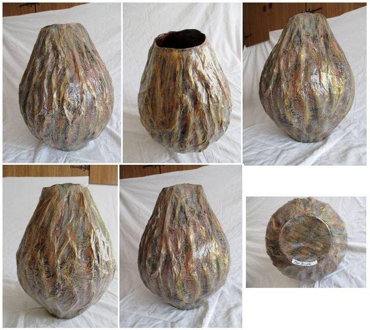 Vaso: carta pesta a strati e carta stropicciata, color arancione, sfumature nere, bianche e oro. Materiale: carta di riciclo. Misura: circa 20cm diam x 35cm altezza