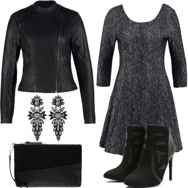 Outfit+delizioso+per+chi+ama+lo+stile+rock+e+soprattutto+sentirsi+sexy.+Vestito+corto+in+jersey+con+manica+a+3/4+e+scollatura+tonda+anche+dietro+la+schiena,+abbinato+a+tronchetti+neri+in+pelle+con+tacco+a+spillo+che+slanciano+la+figura.+La+giacca+è+in+finta+pelle+sempre+nera,+come+la+clutch.+A+completare+il+look+gli+splendidi+orecchini.