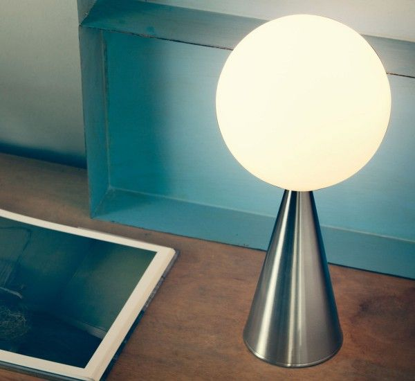 Bilia by Gio Ponti for FontanaArte is a table lamp with dimmer. It's elegant and simple, thanks to its geometric shapes.