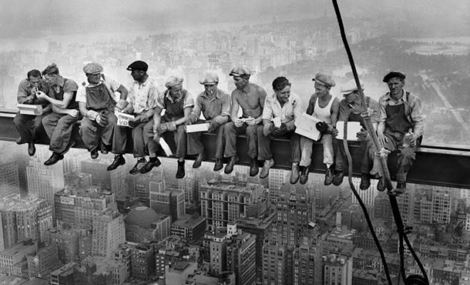 Charles Clyde Ebbets hizo esta foto de los obreros del edificio Rockefeller en su hora del almuerzo desatando una polemica sobre la falta de seuguridad en este tipo de labores, lo cuel creo un dialogo publico que haria que a la larga cambiaran las normas de seguridad de la epoca.