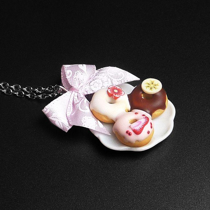 Mini donutky na talířku Náhrdelník s porcelánovým talířkem s donuty z polymerové hmoty (průměr talířku 2,5cm) doplněno textilní mašličkou, délka řetízku 47cm.
