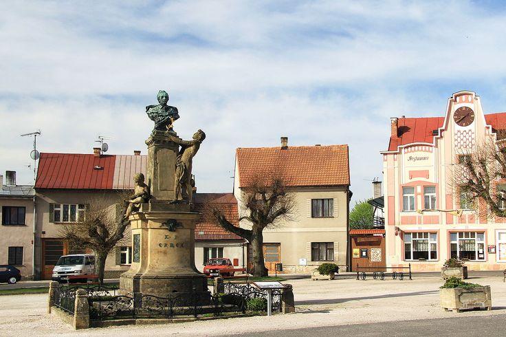 Памятник Карлу Яромиру Эрбену в его родном Милетине