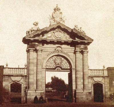 La Puerta de Recoletos La desaparecida Puerta de Recoletos estuvo situada en el paseo del mismo nombre, muy cerca de la actual Plaza de Colón, a la altura de la Biblioteca Nacional. Fue levantada a mediados del siglo XVIII, en el contexto de construcción de las Salesas Reales, por orden del rey Fernando VI (1713-1759).