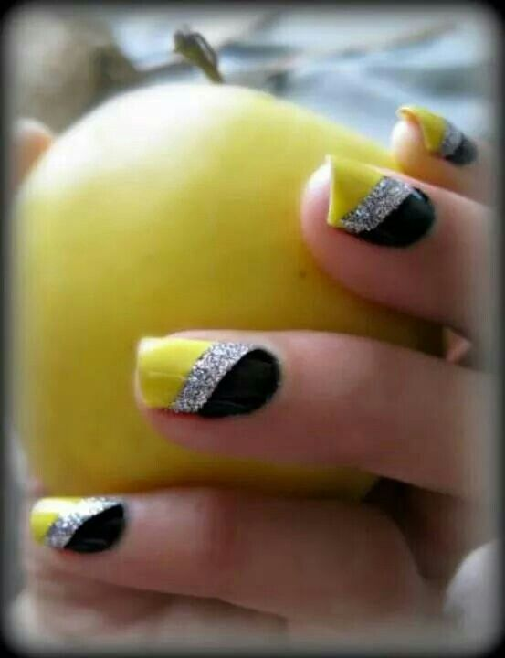 Unhas amarelas e pretas com brilhantes