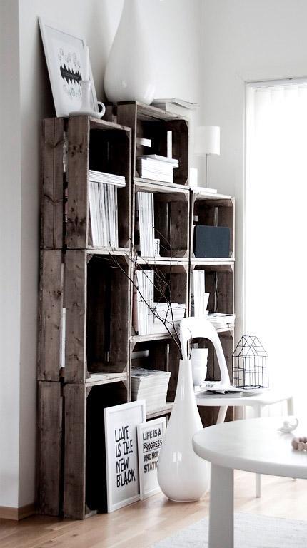 Möbel aus alten Holzpaletten und Obstkisten: Weinkisten-Regal mit weißen Accessoires kombiniert