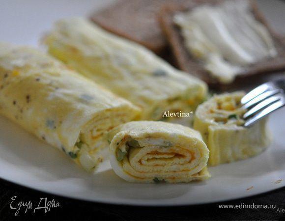 Омлетный рулет с зеленым луком  Легкое в приготовлении блюдо на завтрак, которое придется по вкусу всем домашним. Если посыпать омлет тертым сыром, получится очень аппетитно. Сыр подойдет чеддер, или можно использовать тот, который есть в наличии. Запекайте в духовке 15 минут, скрутите в рулет и нарежьте на порции. Приятного аппетита! #готовимдома #едимдома #кулинария #домашняяеда #рулет #омлетный #зеленыйлук #завтрак #утро #аппетитно #вкусно