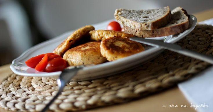 Tuto rychlou večeři zbožňuji spolu s rajčaty a kváskovým chlebem.     Tvarohové placičky     500g tvarohu   (plnotučný z vaničky)   2 ve...