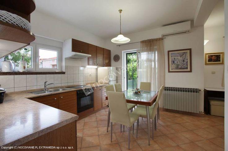 Polecamy Apartamenty Stipić - znajdują się w przepięknej lokalizacji w otoczeniu lasów iglastych, w odległości 150 m od morza, plaży i centrum miasta Baška Voda.  Szczegóły oferty znajdziecie na: http://www.nocowanie.pl/chorwacja/noclegi/baska_voda/apartamenty/143285/