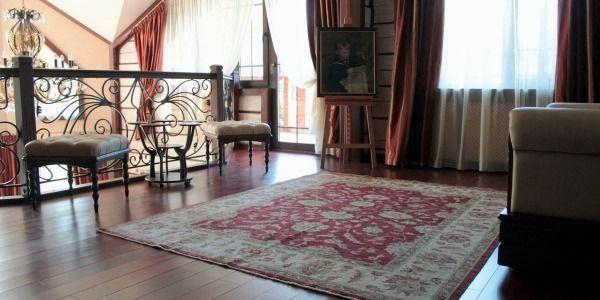 Красные ковры в интерьере сруба