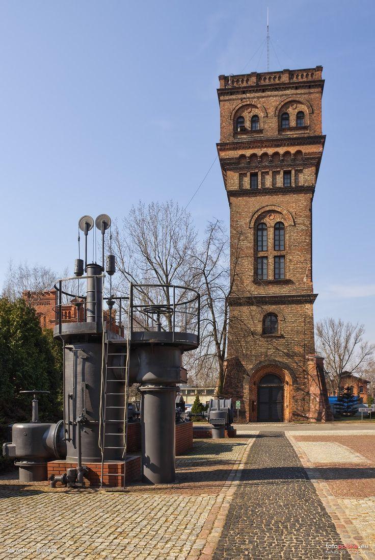 Wieża ciśnień z czerwonej cegły, na terenie starej Gazowni Warszawskiej. Obecna wieża została wybudowana w 1900 r. i była eksploatowana do 1992 r.