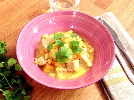 Ett lättlagat recept på en currydoftande gryta med fläskkotletter, sötpotatis, ingefära och kikärtor.