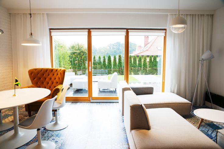 Salon, minimalistyczny salon, kafelki w salonhie, kafelki na podłodze. Zobacz więcej na: https://www.homify.pl/katalogi-inspiracji/32857/homify-360-niebanalny-dom-pod-wroclawiem