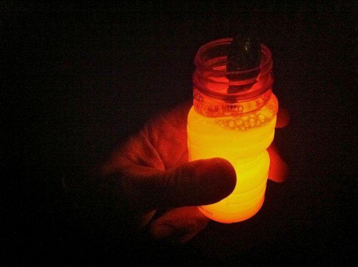 glow in the dark stick kapot maken en in een bellenblaas doen...'s avonds bellen blazen maar......