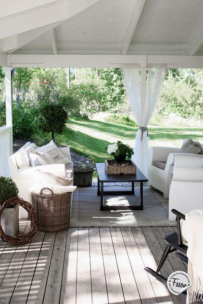 När vi köpte huset var det första vi gjorde att måla det vitt och bygga till en stor veranda som löper runt två sidor av huset. Sommaren 2014 byggde vi till ett ordentligt tak över verandan, vilket har slutfört förvandlingen från faluröd villa till en New England inspirerad gård.. Matplats me...