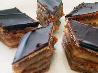 Zserbó recept ( Gerbeaud ): Ez a klasszikus Gerbeaud (ejtsd: zserbó) sütemény. Azért készítem torta formában, hogy ezzel a méret/mennyiség arányt is megadjam, de akár tortaszeletre, vagy négyzetre is vágható, vagy kiszúróval kerek apróságokat is készíthetünk belőle. Isteni, időtálló hazai kedvenc! http://aprosef.hu/gerbeaud
