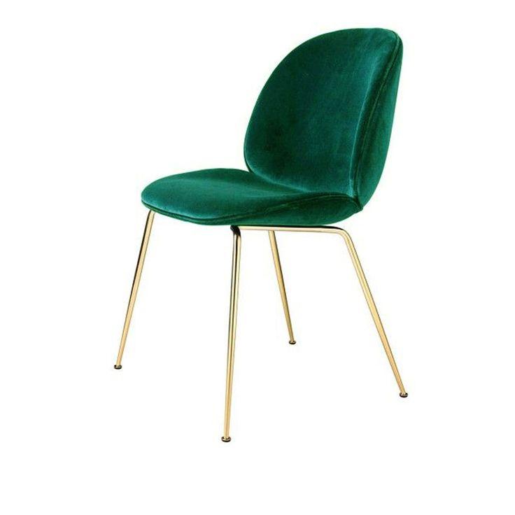 Chaise Beetle velours Vert & pieds laiton - Gubi  Designée par GamFratesi, la collection de chaises Beetle de Gubi met en lumière une forme organique qui s'apparente à celle d'un insecte.