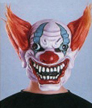 Crazy clown masker. Masker van een gestoord grijnzende clown. Het masker heeft een licht paarse basis met rode en blauwe clowns make up, oranje piek haar, kale kruin en wijde grijns met scherpe tanden. Een super eng masker voor volwassenen.
