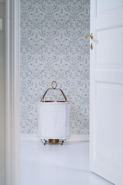 Detta nya året börjar vi med att göra iordning lilla allrummet däruppe till ett litet Inez-rum, med tapet från Boråstapeter i härlig vintagestil. Hej 2016! …