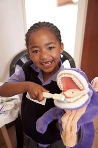 Lächelnde Gesichter, gesunde Zähne und glückliche Kinder sind die beste Belohnung für Zahnärzte und Prophylaxe-Assistentinnen der Zahnarztpraxis KU64 am Kudamm. Jahr für Jahr reisen 10 Mitarbeiter der Praxis nach Südafrika - im Januar 2013  zum 4. Mal -, um dort die Schüler einer Grundschule im Örtchen Paternoster (160 Kilometer nordwestlich von Kapstadt entfernt) zu behandeln. Die Schüler erhalten auch ein Zahnputztraining von geschulten Prophylaxeassistentinnen + Ernährungstipps…