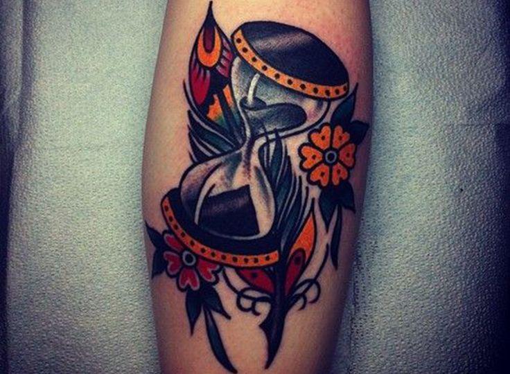 Los tatuajes de relojes de arena tienen una gran variedad de significados, descubre cuáles son y disfruta con la galería de tatoos de relojes de arena.