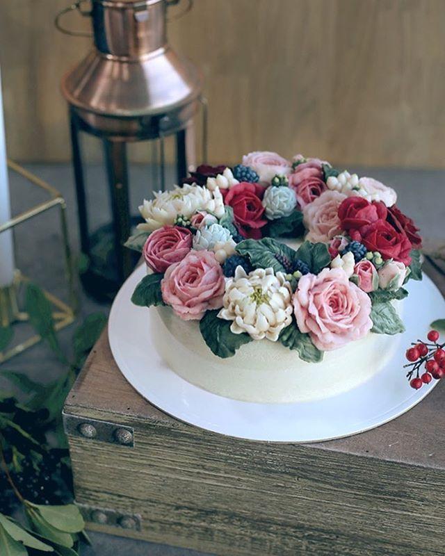 겨울 담아보기❄️ #instacake #cakestagram #flowers #buttercream #beanpastecake #cake #flowercake #cakedecorating #flowerstagram #peony #wedding #partycake #canon #감성사진 #케이크 #빈티지 #취미생활 #앙금플라워 #앙금떡케이크 #앙금꽃케이크 #떡케익 #생신케익 #연말파티 #겨울 #파티 #크리스마스케이크