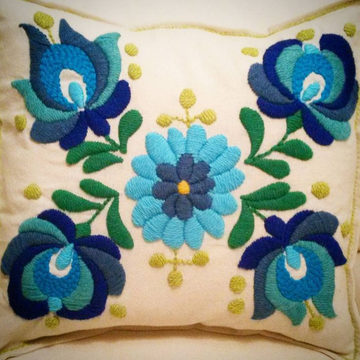 #bordando #flores #almohadones #embrodeydesigns #turquesa