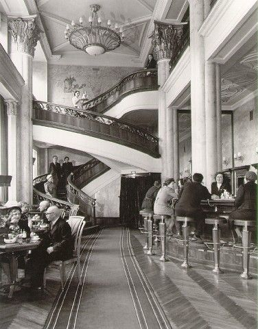 Margaret Bourke-White/Cocktails on Gorky Street, Moscow/1941