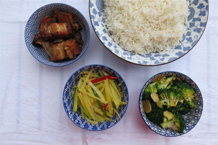 Knuspriger Schweinebauch mit scharf-sauren Kartoffeln und Knoblauch-Brokkoli