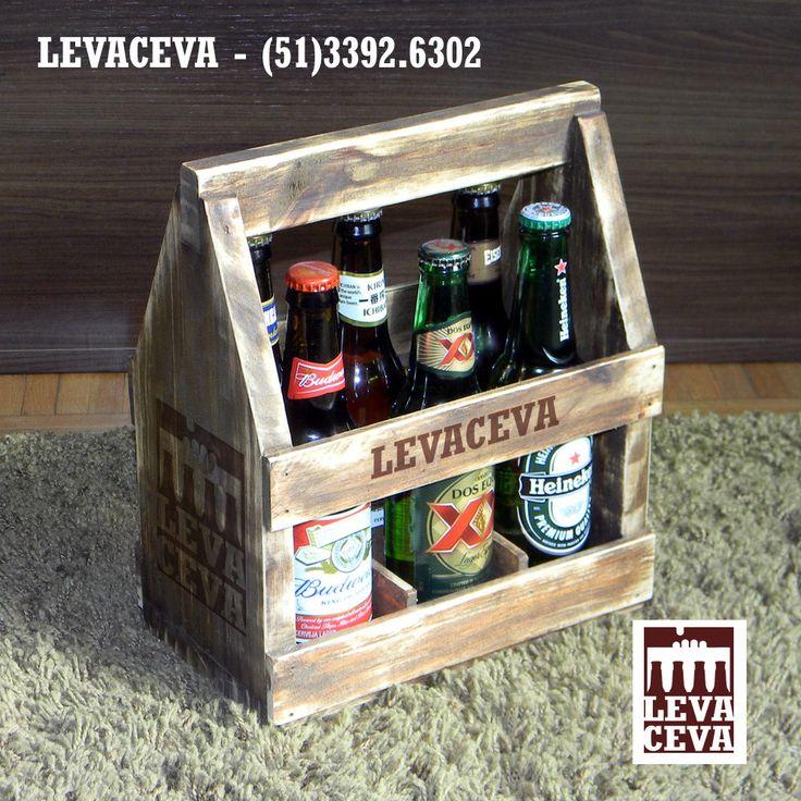 Mini engradado de madeira de reflorestamento, para levar 6 cervejas long neck. <br>Fabricado em PINUS com diversas possibilidades de acabamento: cru, tingido, selado, envernizado, etc. <br>Tem aparência rústica e descontraída que combina muito bem com cervejas. <br>Podemos adaptar para diferentes formatos de garrafa. <br>Muito útil para pequenos fabricantes de cervejas artesanais promoverem suas cervejas, montarem kits para venda, para dar de presente, amostra ou kit para degustação.