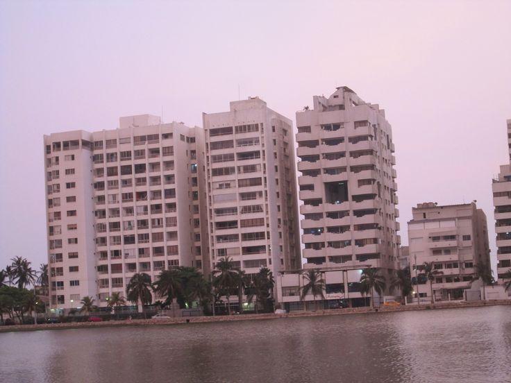 De izquierda a derecha el segundo es mi Edificio donde tengo mi confortable hogar.