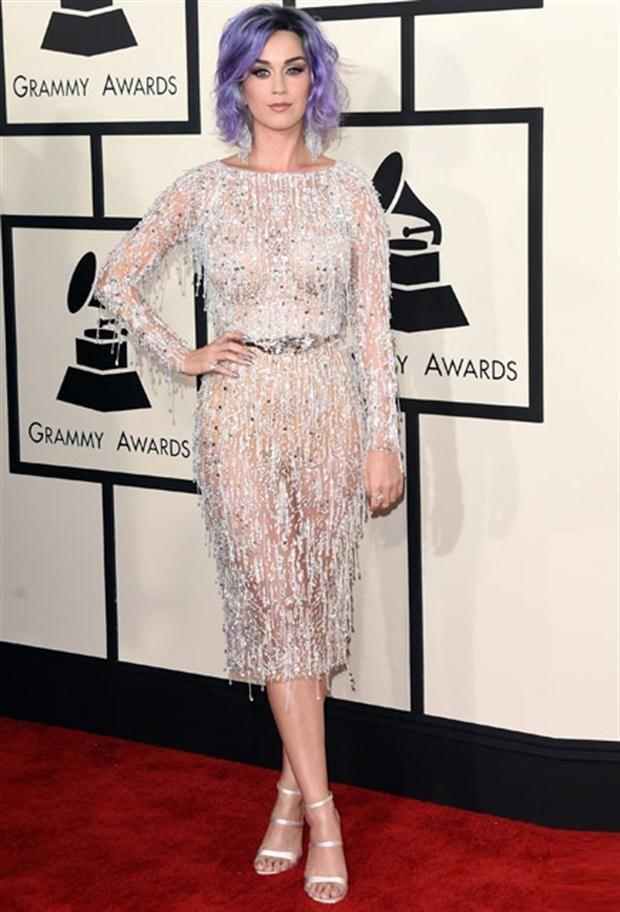 Looks de los Premios Grammy vestido color perla crema transparente con encajes