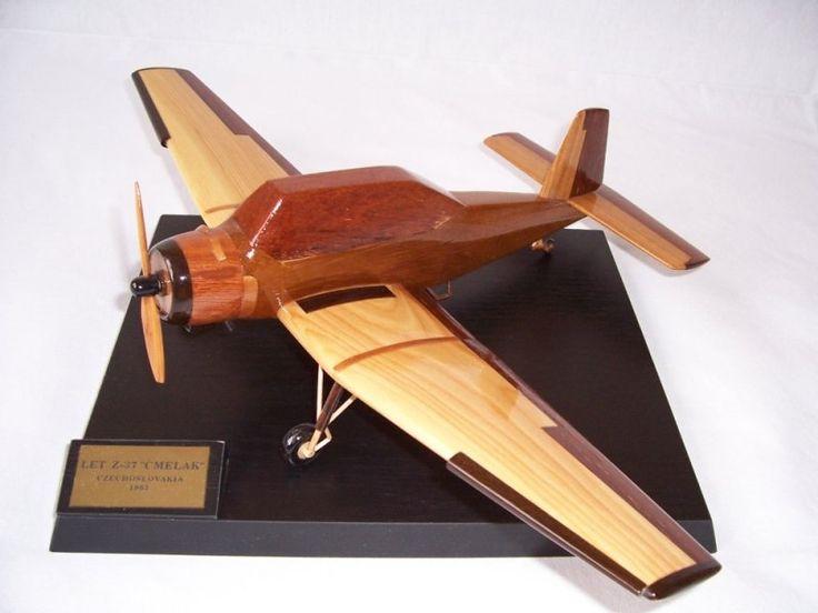 Model letadla ze dřeva ve vzletové poloze včetně stojánku s věnováním.  Práškovací letadlo Z-37 Čmelak