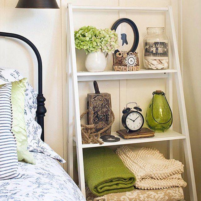 Inspiração no quarto! No lugar de criado mudo, uma linda estante escada!  #frescurasdatati #quarto #estanteescada #inspiracao