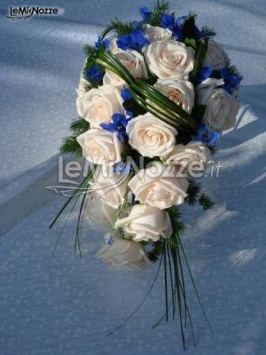http://www.lemienozze.it/operatori-matrimonio/fiori_e_addobbi/fiori-venezia/media/foto/7  Bouquet sposa classico di rose rosa con fiorellini blu