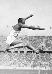 Jesse Owens | Jesse Owens durant l'épreuve du saut en longueur des Jeux olympiques ..Gold on 8.06 in long jump 1936 in Berlin.