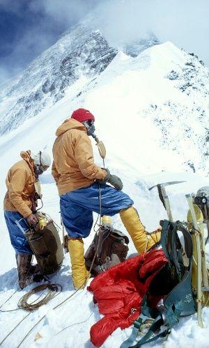 Alpinistas descansam no cume do Monte Everest, na cordilheira do Himalaia, que está a 8,8 km de altitude. A grande maioria das pessoas que escala o Everest precisa de suplemento de oxigênio