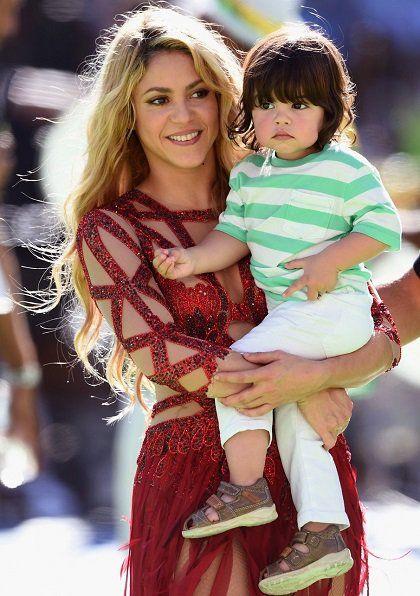 Mickey Mouse se está convirtiendo en objetivo de muchas celebrities. Si Christina Aguilera terminó insultándole por no querer hacerse una foto con ella, ahora el ratón más famosos de Disney ha dicho no a una oferta para actuar en exclusiva en el cumple del hijo de Shakira y Piqué: Milán. http://los40.com/los40/2014/12/11/fotorrelato/1418309488_638499.html#1418309488_638499_1420808228