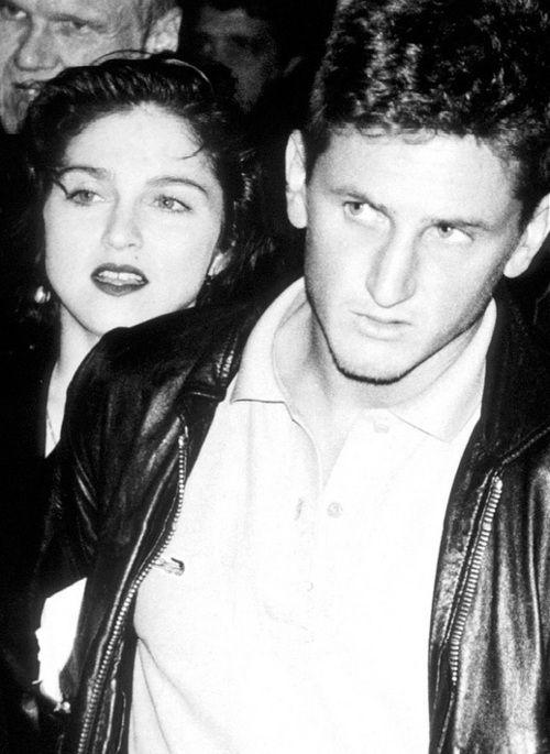 #Amor | Unos jóvenes Sean Penn y Madonna presentaban su amor al mundo entre bambalinas, premios, conciertos y demás menesteres propios de ambos  (1986) www.beewatcher.es