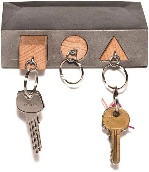 """Porta chaves geométrico: No tijolinho de concreto com formas básicas vazadas: quadrado, círculo e triângulo, encaixam-se os três chaveiros com """"bloquinhos"""" de madeira correspondentes. Demais!"""