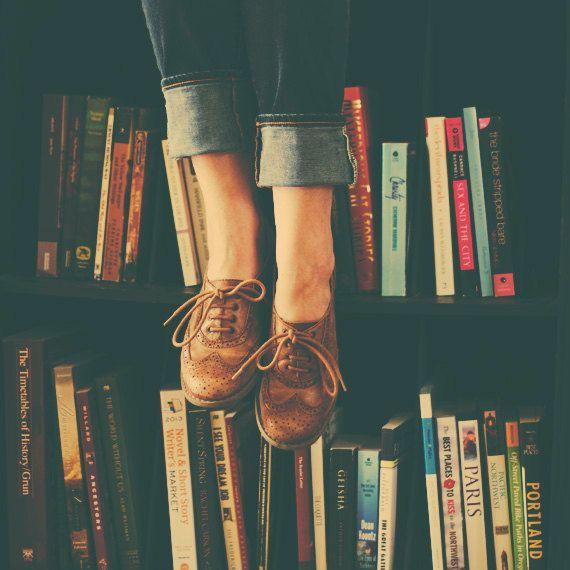 Vivía entre libros, su mente siempre estaba entre las líneas, puntos y comas de historias que no eran la suya.