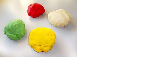 So geht's: 1/2 Liter Wasser zum Kochen bringen, mit 500 g Mehl, 200 g Salz, 3 EL Öl, 3 EL Zitronensäure und Lebensmittelfarbe verkneten. Fertig!