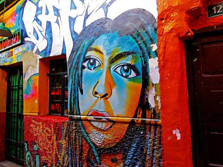 Mural de una mujer mordiendo un lapiz