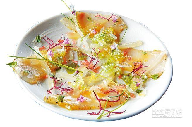 ↑海鱺魚片加上白蘿蔔、莿蔥葉、西米露與柑橘果粒和醬汁,每口都伴著酸甘鮮甜。(方濬哲攝)