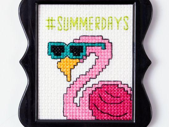 Kijk wat ik gevonden heb op Freubelweb.nl: een gratis borduurpatroon om een flamingo te maken #crossstitch https://www.freubelweb.nl/freubel-zelf/zelf-maken-met-borduurgaren-flamingo/
