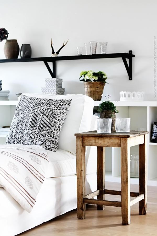 Sofa blanc, tabouret de bois