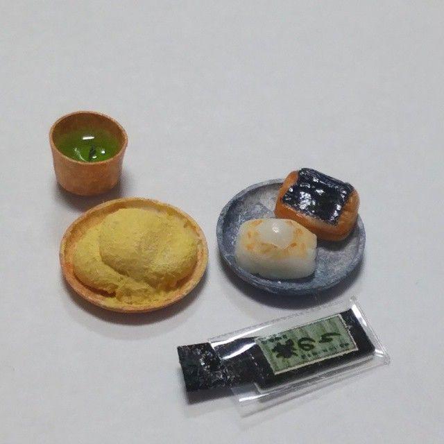 時期外れだけど、餅です。 昨年これを作って発覚したこと。 磯辺餅の、海苔は関東は焼き海苔を巻くのですが、関西は味付け海苔を巻くそうです。 お餅は奥が深い。 #ミニチュア#ミニチュアフード#餅#ハンドメイド#フェイクフード#miniature#miniaturefood#ricecake #handmade#fakefood