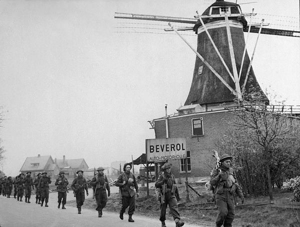 Canadian soldiers move through the Netherlands, marching from Holten to Rijssen. April 9, 1945 during World War 2. Rijssenseweg, Molen van Guus Muller